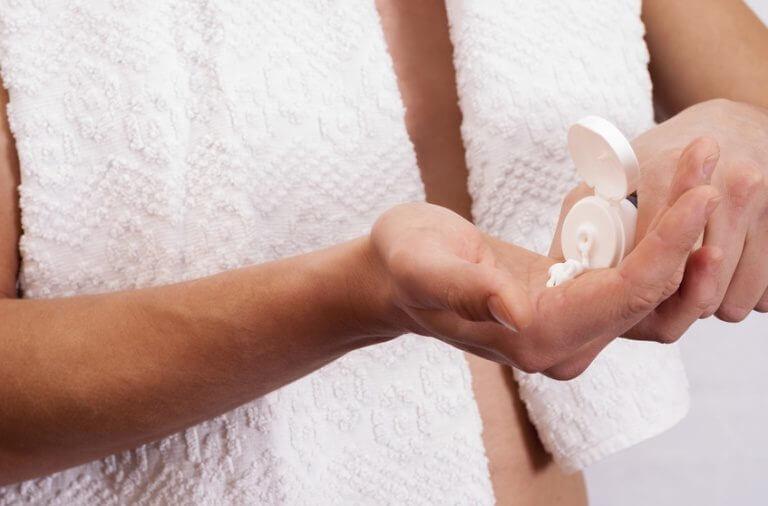 Mand tager creme på hænder