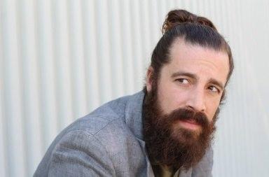 Mand med langt hår og skæg