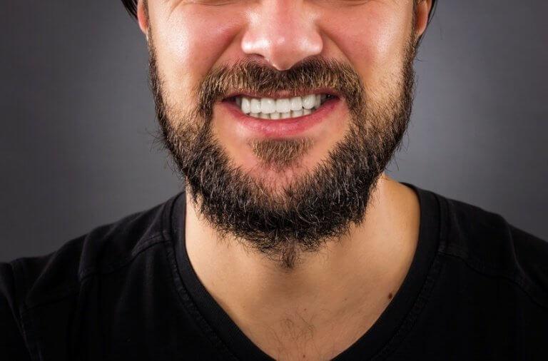 Mand med vildt skæg