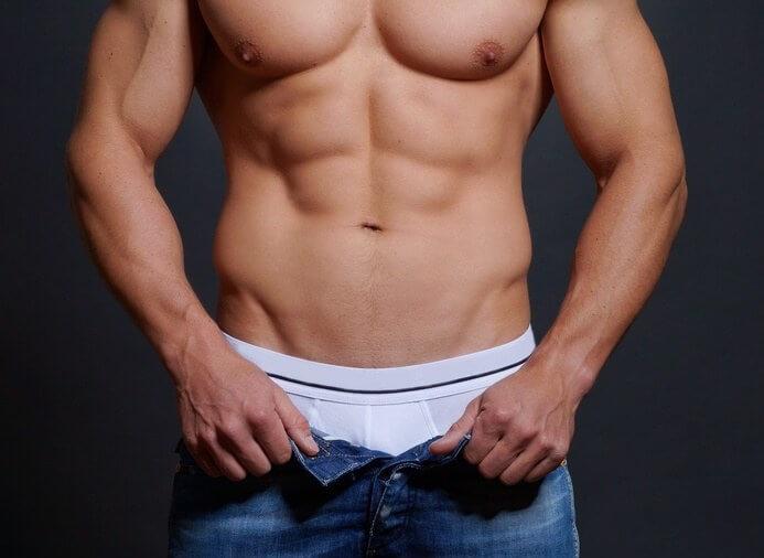 Mand tager bukserne af