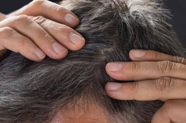 Mand tjekker sit hår