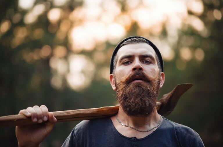 Maskulin mand med fuldskæg