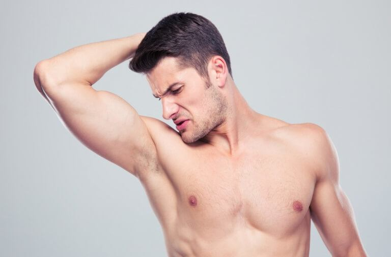 Mand lugter under armen