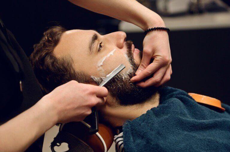 Hvordan sparer jeg penge på barbering