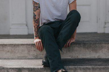 mand med tattoveringer